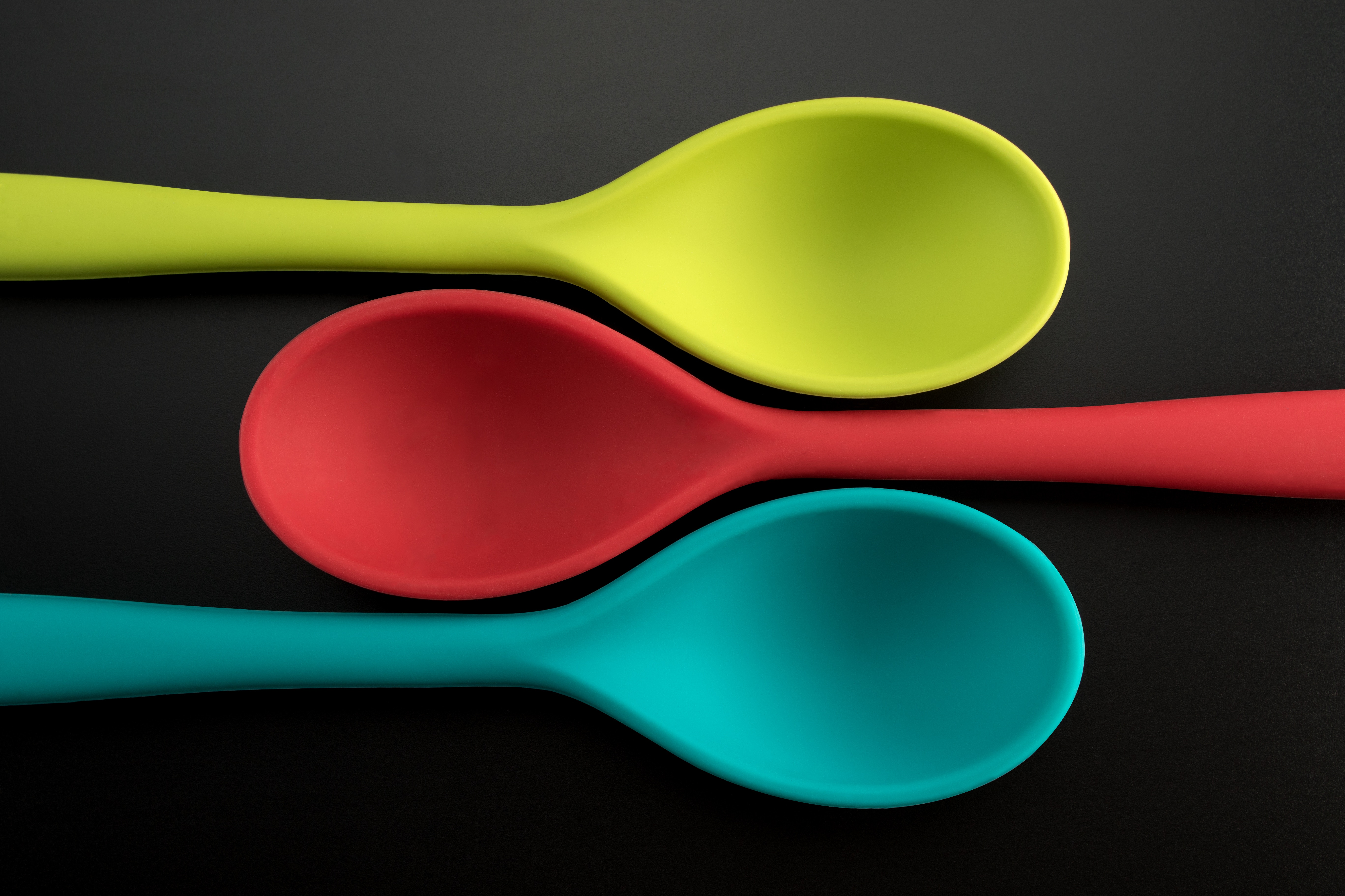 3 coloured spoons